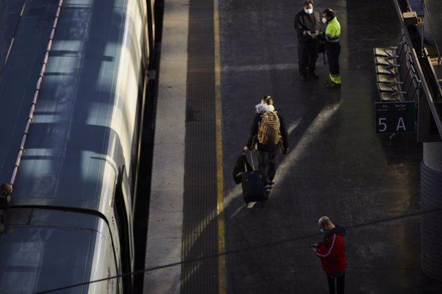 Archivo - Pasajeros en un andén de uno de los trenes del AVE, en la Estación de Madrid-Puerta de Atocha, en Madrid (España), a 11 de enero de 2021. Adif restableció ayer la circulación, interrumpida a causa del temporal de intensa nieve provocado por la b