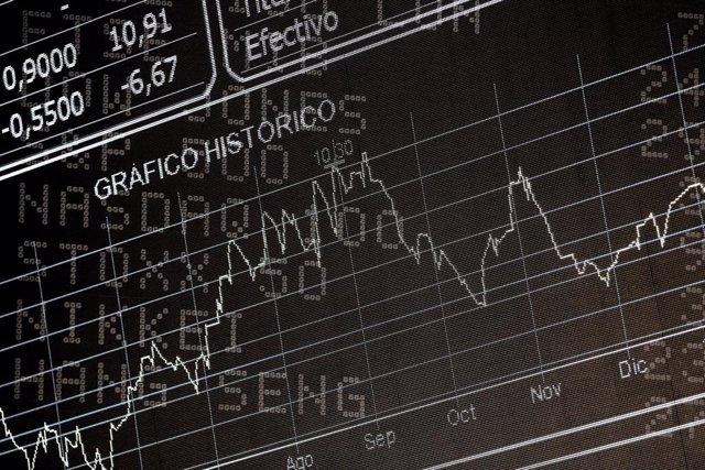 Archivo - Pantalla del Ibex 35 con el gráfico histórico de la cotización del Ibex en la sede de la Bolsa de Madrid, el Palacio de la Bolsa de Madrid, en Madrid (España) a 10 de febrero de 2020.