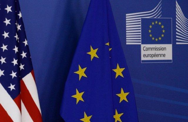 Banderas de Estados Unidos y Europa.