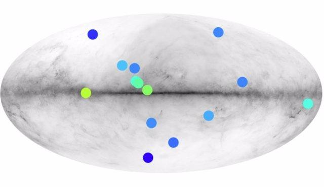 Posición en el cielo de los diferentes candidatos del catálogo de Fermi. El mapa de fondo muestra el brillo mínimo de una anti-estrella para que Fermi la observe. Las partes claras representan las partes del cielo donde las observaciones son más fáciles.