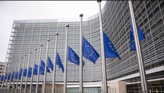 Archivo - Banderas de la UE a media asta.