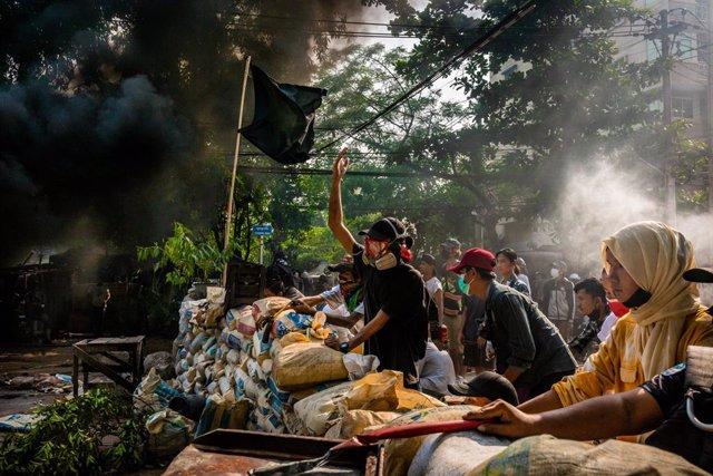 Archivo - Manifestaciones contra el golpe de Estado en Rangún, Biramania