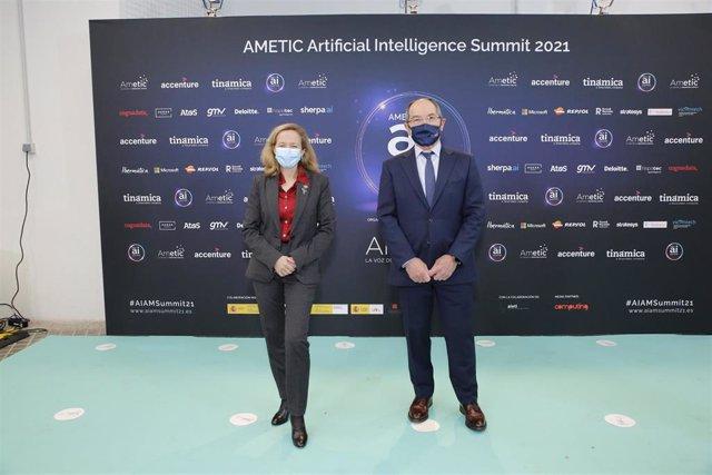 La vicepresidenta segunda y ministra de Asuntos Económicos, Nadia Calviño y el presidente de Ametic, Pedro Mier, en la inauguración de la IV edición del foro de Ametic 'Artificial Intelligence Summit 2021'.