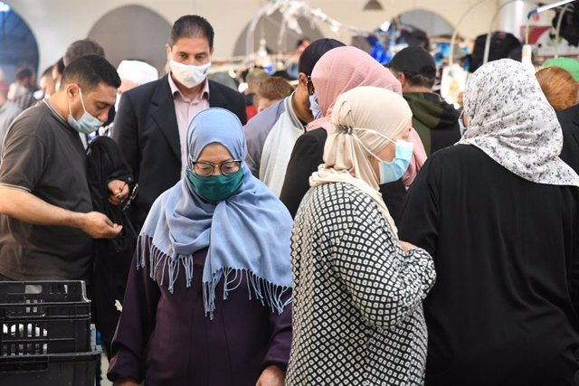 Un grupo de personas camina por un mercado del centro de Túnez.