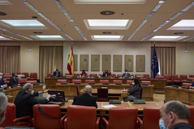 La ministra de Sanidad, Carolina Darias (i), y la presidenta de la Comisión de Sanidad, Rosa María Romero, durante una Comisión de Sanidad en el Congreso de los Diputados, a 29 de abril de 2021, en Madrid (España). La titular de Sanidad comparece para abo