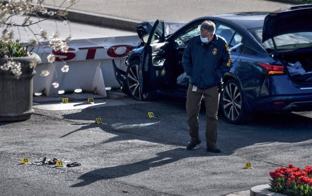 FILED - 02 April 2021, US, Washington: A police officer work at the scene, where one officer was killed, a second injured, after a man drove his car into them at the heavily guarded northern entrance to the US Capitol. Photo: Carol Guzy/ZUMA Wire/dpa