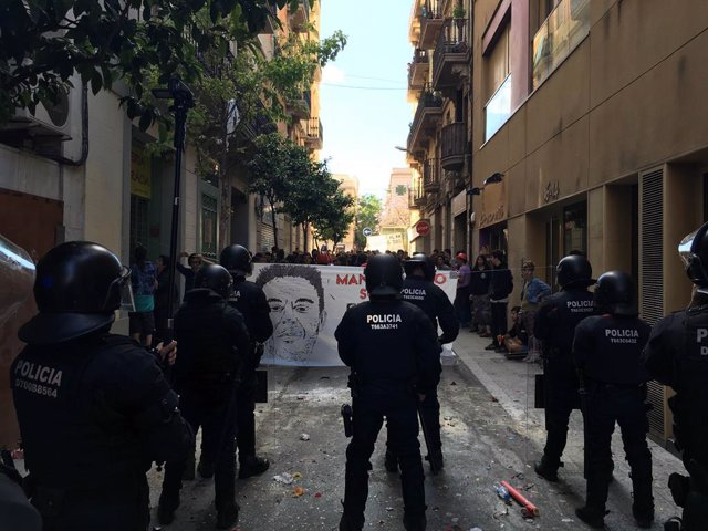 Archivo - Arxiu - Mossos d'esquadra davant d'activistes del Banc Expropiat de Gràcia.