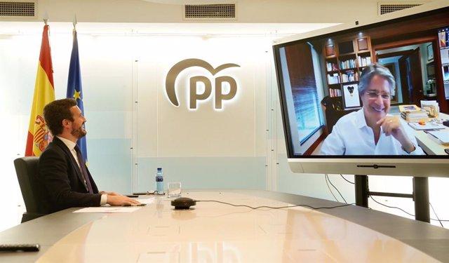 El líder del PP, Pablo Casado, conversa por vía telemática con el presidente electo de la República de Ecuador, Guillermo Lasso.