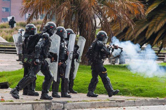 Un grupo de agentes del ESMAD reprimiendo las últimas marchas contra la reforma tributaria en Colombia