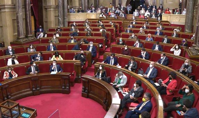 El pleno del Parlament de Catalunya de este jueves es el primero que se celebra en el hemiciclo con los 135 diputados presencialmente desde marzo de 2020.