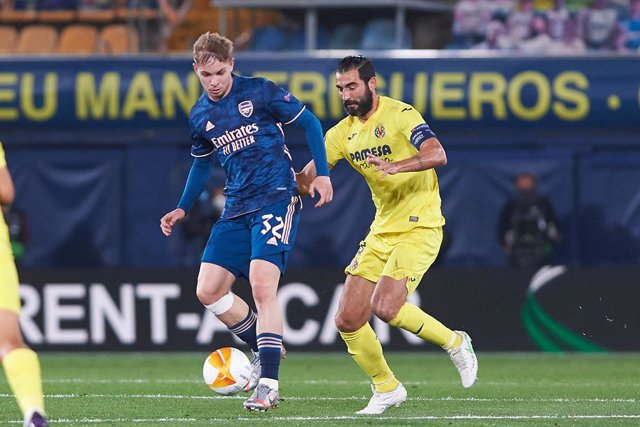 Raul Albiol of Villarreal CF and Emile Smith Rowe of Arsenal FC during the Europa League semifinal match first leg between Villarreal and Arsenal FC at Estadio de la Ceramica on 29 April, 2021 in Vila-real, Spain