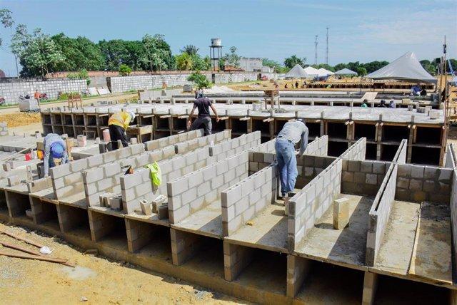 Archivo - Construcción de nuevos nichos en el cementerio de Taruma, en Manaos.