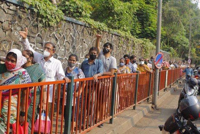 Personas esperan a ser vacunadas contra el coronavirus en Bombay, India