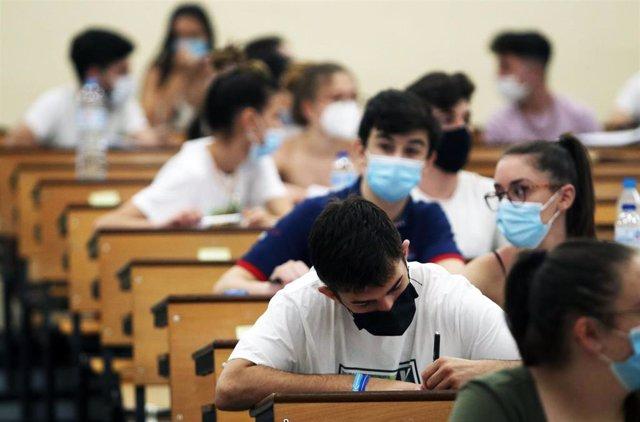 Archivo - Estudiantes en la Facultad de Medicina de la Universidad de Málaga durante la realización de las pruebas de la EBAU (la antigua Selectividad)