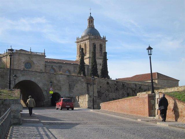 Archivo - Entrada al centro histórico de Ciudad Rodrigo (Salamanca)