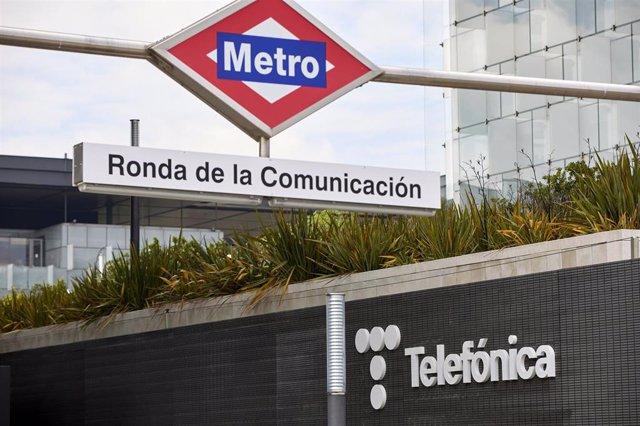 Metro al lado del edificio de la sede de Telefónica, a 27 de abril de 2021, en Madrid, (España). Telefónica ha cambiado su imagen por primera vez en más de dos décadas con un nuevo logo que rememora las míticas cabinas telefónicas.