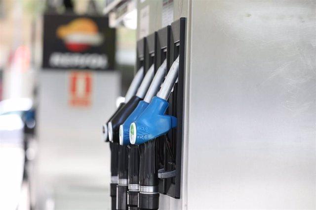 Archivo - Surtidor de gasolina en la fase 0 de la desescalada en la que las gasolineras siguen prestando servicio durante el estado de alarma por la crisis del Covid-19, en Madrid (España) a 6 de mayo de 2020.