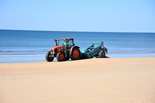 Archivo - Labores de limpieza en la playa de Punta Umbría.