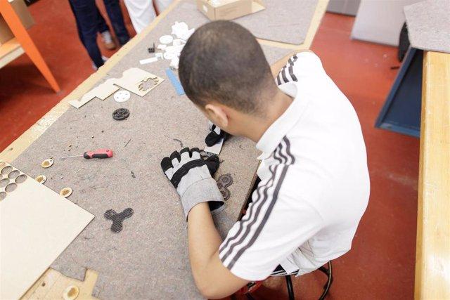 Archivo - Un alumno de Formación Profesional en un taller.