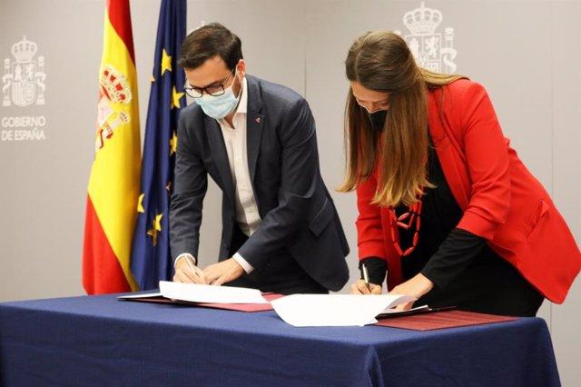 El ministro de Consumo, Alberto Garzón y la directora ejecutiva de la Gasol Foundation, Cristina Ribes durante la firma del convenio marco.