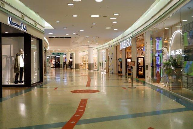 Archivo - Un centro comercial vacío en una jornada marcada por el inicio de la entrada en vigor de una desescalada gradual en la región, en Vigo, Galicia (España), a 17 de febrero de 2021. Galicia reabre hoy cines, teatros, auditorios, bibliotecas y expos