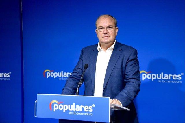 El presidente del PP de Extremadura, José Antonio Monago, en rueda de prensa