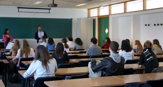 Archivo - Alumnos en una clase