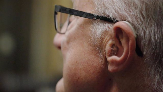 Persona mayor con audífono