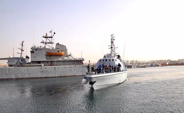Migrantes rescatados por la Guardia Costera libia llegan al puerto de Trípoli