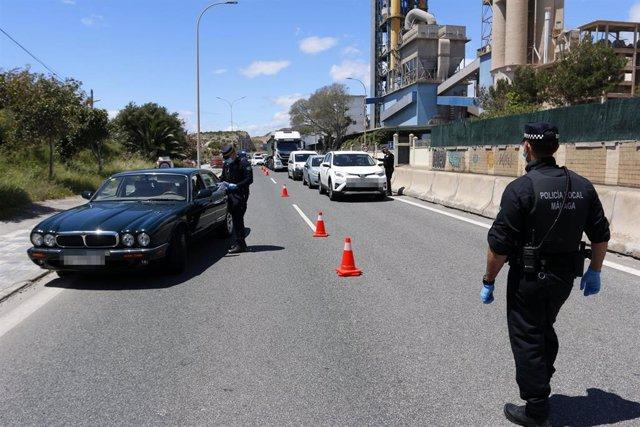 Archivo - Policía Local de Málaga realiza controles de carreteras en una imagen de archivo