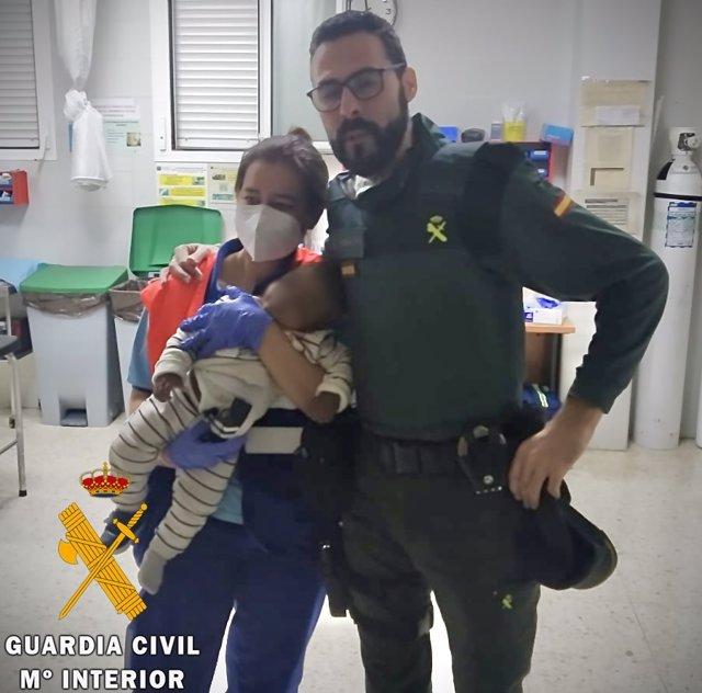 La Guardia Civil auxilia a un bebé que se atragantó con la chapa de un botellín