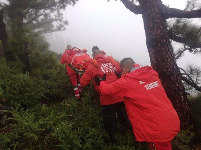 Bomberos en el momento del rescate de los senderistas