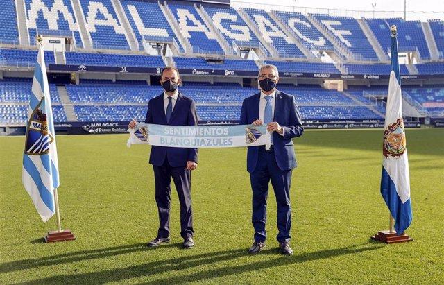 El presidente de la Diputación, Francisco Salado, y el administrador concursal del Málaga, José María Muñoz, tras el acuerdo de patrocinio por dos años