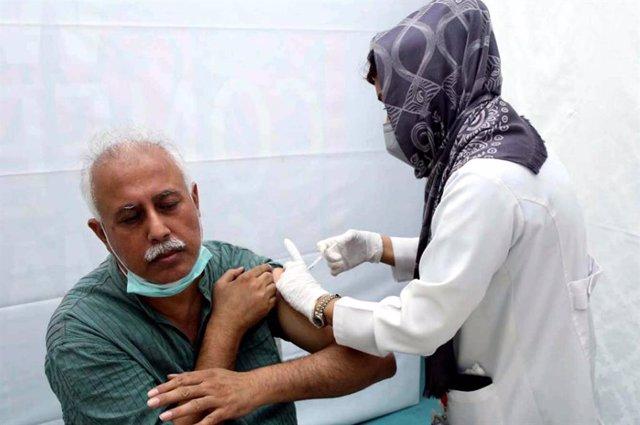 Personal sanitario suministrando la vacuna contra el coronavirus en un centro médico de Karachi, Pakistán.