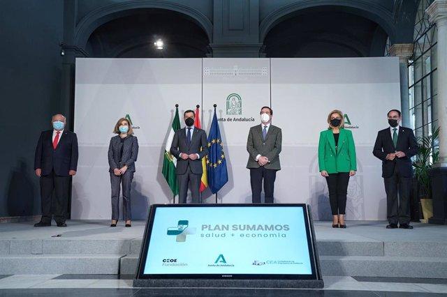 El presidente de la Junta, Juanma Moreno (c), preside el acto de presentación en Andalucía del Plan Sumamos Salud+Economía