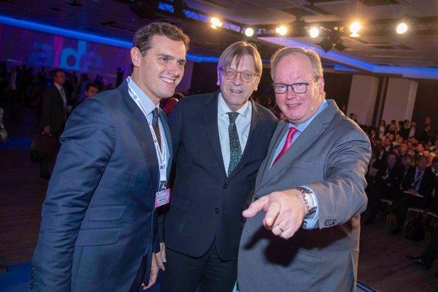 Archivo - El presidente de Ciudadanos, Albert Rivera, el líder del grupo ALDE en el Parlamento Europeo, Guy Verhofstadt, y el presidente del Partido ALDE, Hans van Baalen