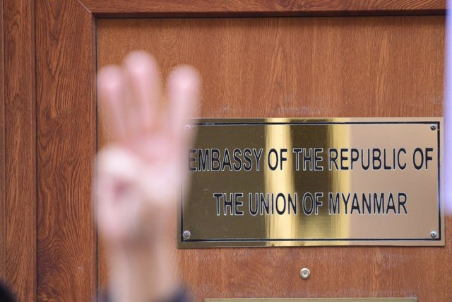 08 April 2021, United Kingdom, London: A protester makes a three-finger salute during a demonstration outside the Myanmar embassy in Mayfair as Myanmar's Ambassador to the United Kingdom, Kyaw Zwar Minn has been barred from entering the premises. Photo: I