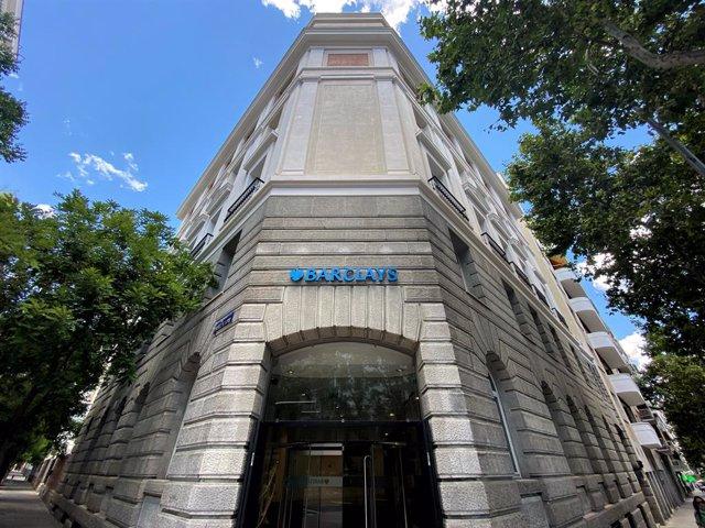 Archivo - Fachada de una oficina de la entidad financiera Barclays ubicada en la calle José Abascal, 51, en Madrid (España), a 16 de junio de 2020.