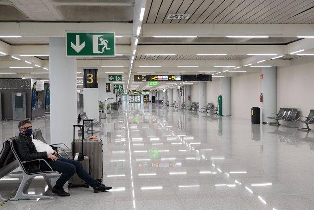 Archivo - Un hombre en el aeropuerto de Palma de Mallorca (Islas Baleares), a 20 de diciembre de 2020. A partir de este domingo, los turistas nacionales que se desplacen a Baleares procedentes de la Península deberán presentar una PCR negativa realizada e