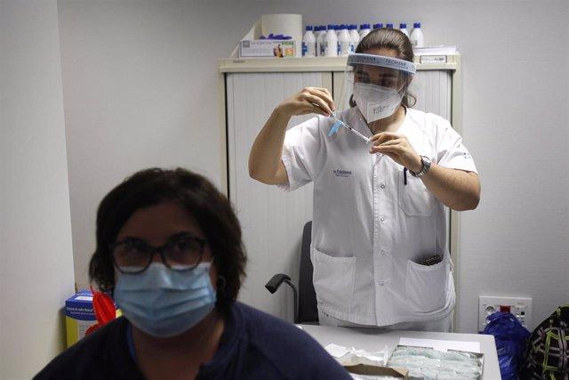 Archivo - Una enfermera prepara la vacuna Pfizer-BioNtech contra el COVID-19.