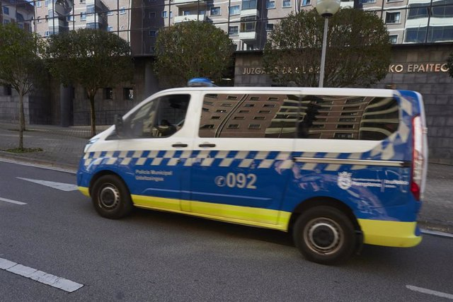 Un furgón de la Policía Municipal de Pamplona, en las inmediaciones del Palacio de Justicia, a 21 de abril de 2021, en Pamplona, Navarra (España).