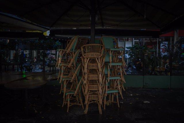 Archivo - Arxiu - Cadires apilades a una terrassa per les restriccions.
