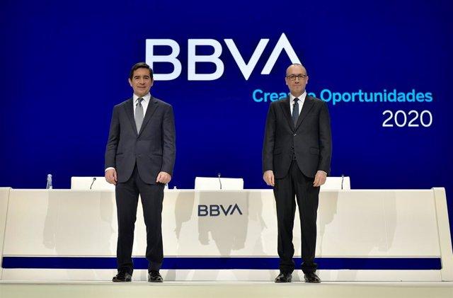 Archivo - El presidente y el consejero delegado de BBVA, Carlos Torres y Onur Genç, durante la celebración de la junta de accionistas de BBVA 2020.