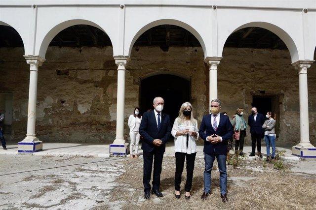 Francisco de la Torre, alcalde de Málaga, Patricia del Pozo, consejera de Cultura, y Elías Bendodo, consejero de la Presidencia de la Junta de Andalucía, en el convento de la Trinidad