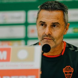 Archivo - El entrenador del Elche CF, Fran Escribá, en rueda de prensa.