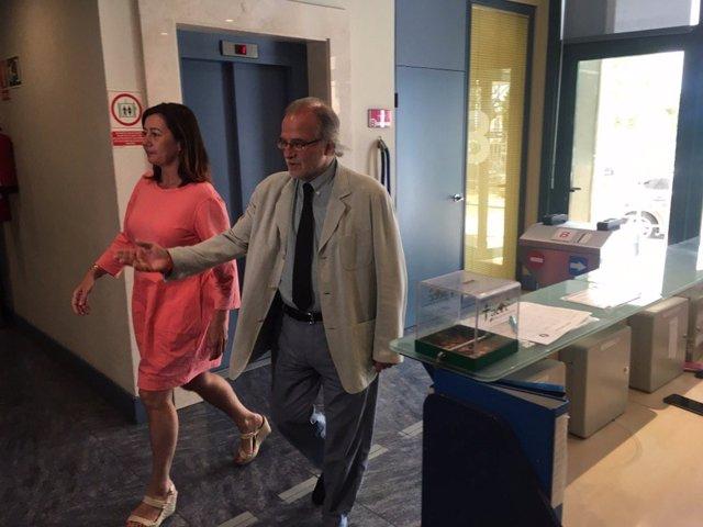 Archivo - La presidenta del Govern, Francina Armengol, en los estudios de IB3, acompañada por el director del ente, Andreu Manresa, en una imagen de 2019.