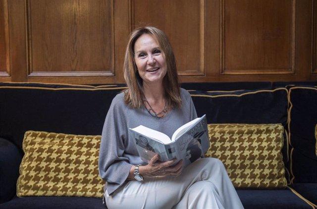 La escritora María Dueñas, durante una entrevista para Europa Press, a 13 de abril de 2021, en Madrid (España). Este miércoles llegará a las librerías, 'Sira', la nueva novela de María Dueñas. Después de 'El tiempo entre costuras', Dueñas presenta este nu