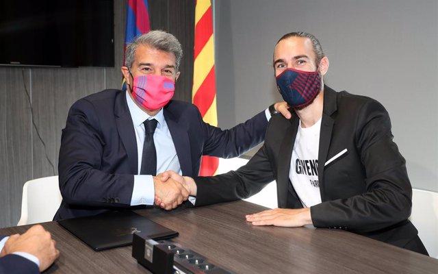 El presidente del FC Barcelona, Joan Laporta, y el jugador Òscar Mingueza en la firma de la ampliación del contrato del jugador hasta 2023