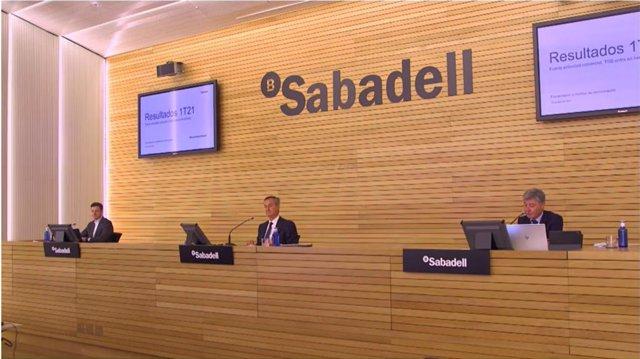 El director financiero de Banco Sabadell, Leopoldo Alvear, (izq) y el consejero delegado, Césa González-Bueno (centro), en rueda de prensa este viernes