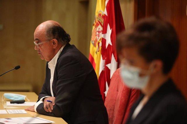 El viceconsejero de Salud Pública y Plan COVID-19 de la Comunidad de Madrid, Antonio Zapatero, y la directora general de Salud Pública, Elena Andradas, durante una rueda de prensa convocada ante los medios